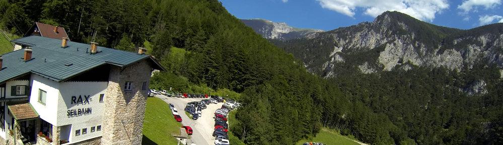 Talstation Rax-Seilbahn mit Parkplätzen